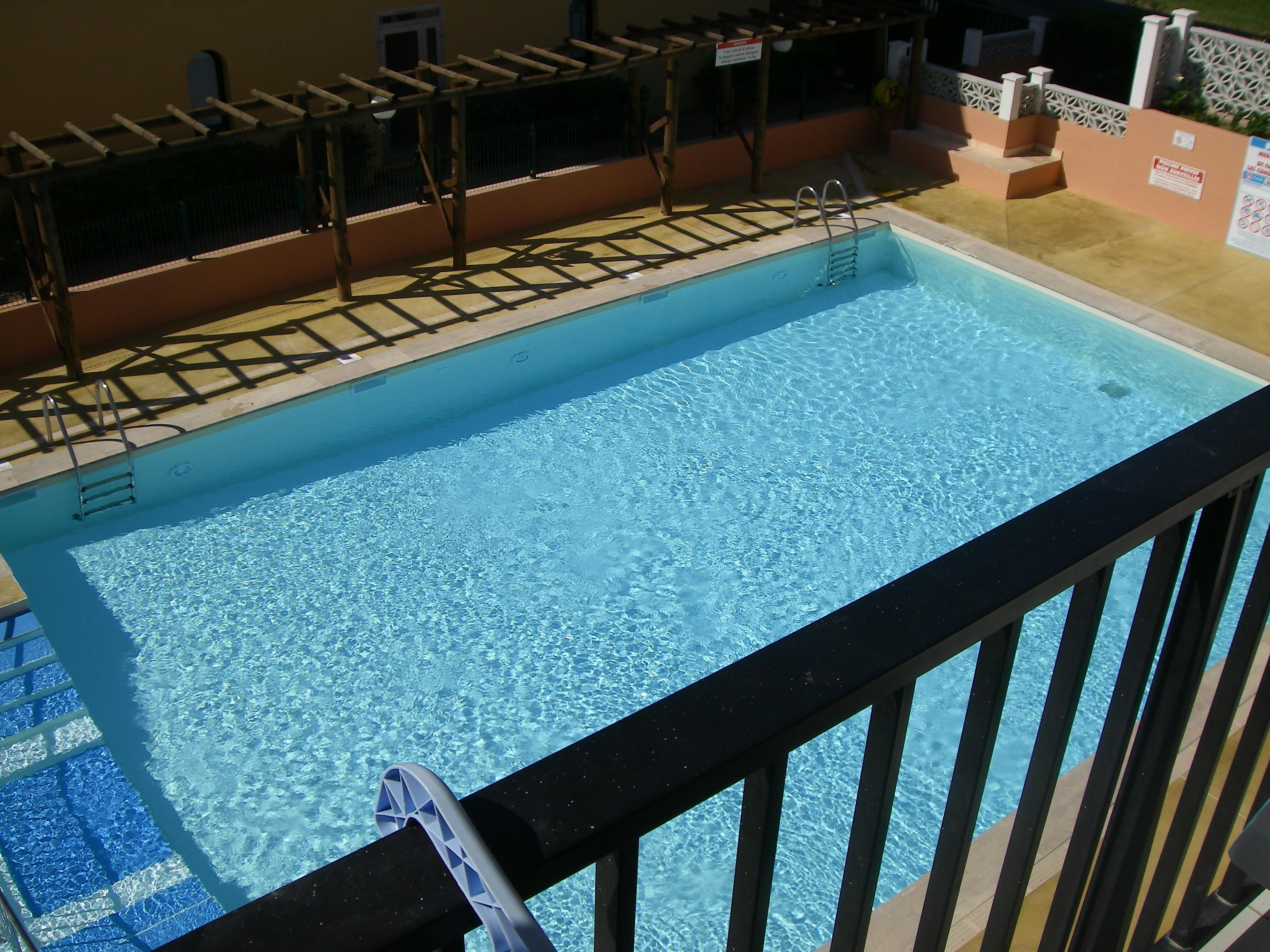 Vue sur la piscine location 6 couchages au cap d 39 agde for Piscine agde tarif